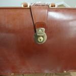 英国最高級の馬具皮で日本の熟練職人がつくった逸品、ココマイスターの「ブライドルダレスバッグ」